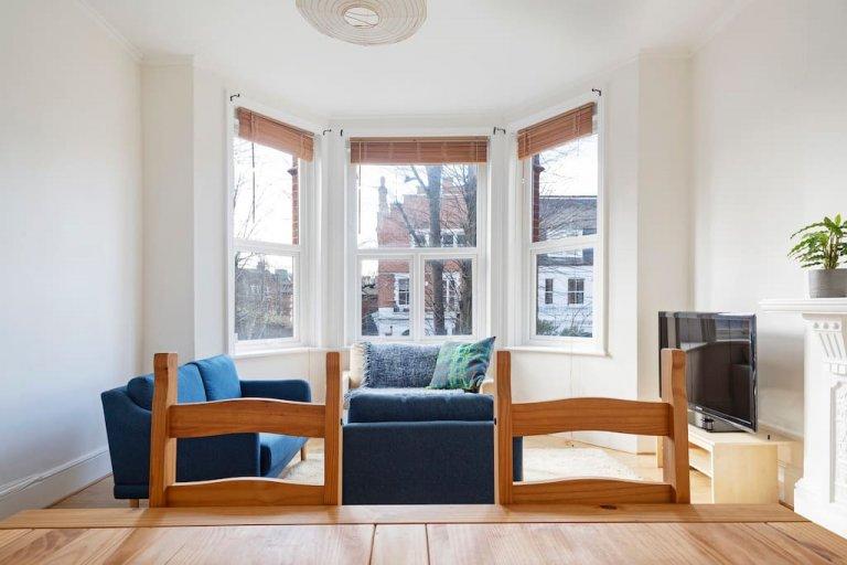 Bright 3-bedroom flat to rent in Camden, London
