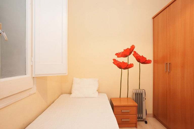 Inviting room in shared apartment in Gràcia, Barcelona