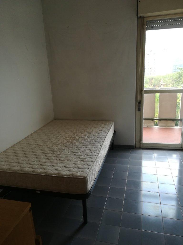 Se alquila habitación en piso de 3 habitaciones en Tiburtina