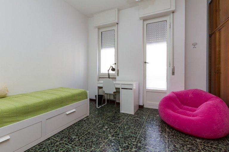 Jasny pokój do wynajęcia w 4-pokojowym mieszkaniu w Tibaldi