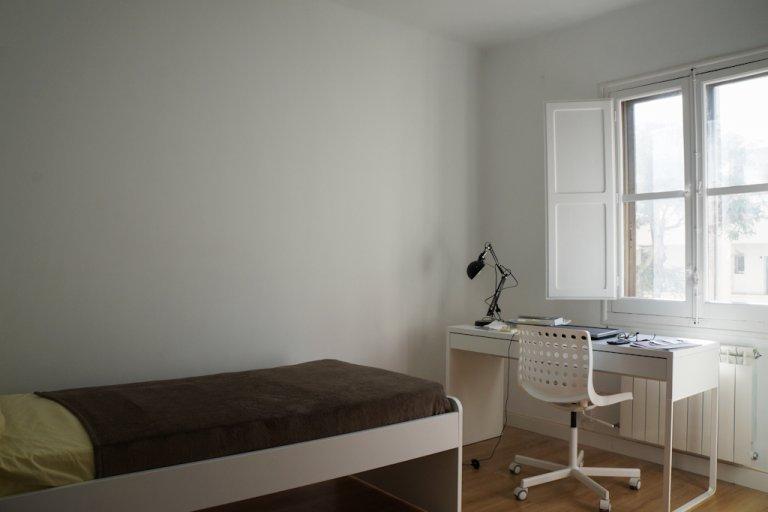 Jasny pokój w apartamencie z 3 sypialniami w Puerta del Ángel