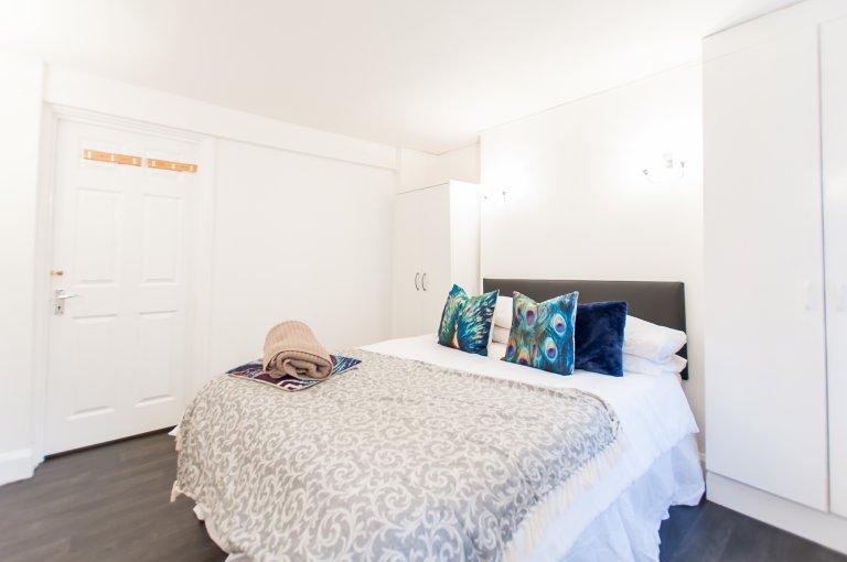 Pokój do wynajęcia w apartamencie z 3 sypialniami w City of Westminster