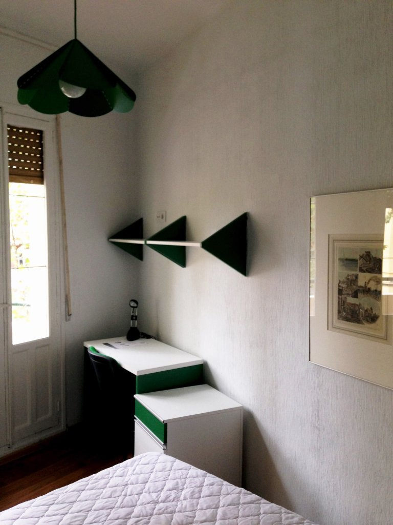 Cheerful room for rent in 9-bedroom apartment in Atocha