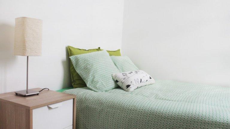 Chambre ensoleillée dans un appartement partagé à Eixample, Barcelone
