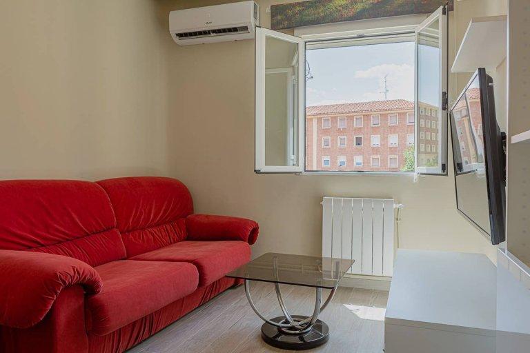 Ciepłe mieszkanie z 3 sypialniami do wynajęcia w Ciudad Lineal w Madrycie