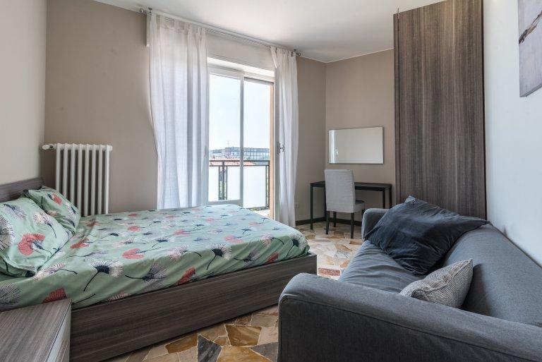 Elegancki pokój do wynajęcia w 4-pokojowym mieszkaniu w Bicocca
