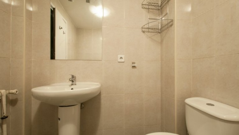 Exterior single room with ensuite bathroom