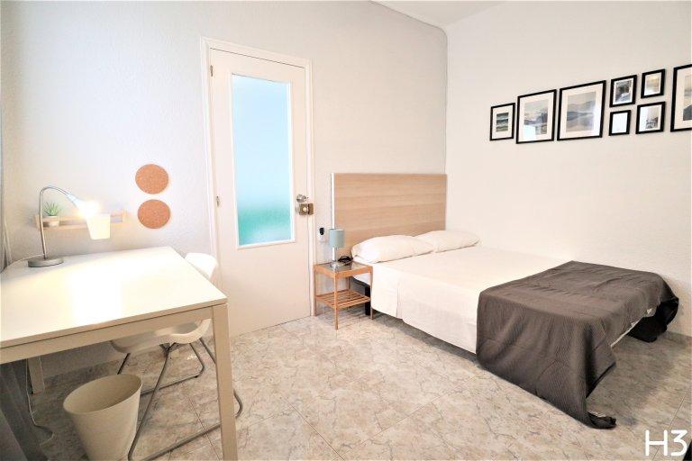 Quarto bonito para alugar em apartamento de 3 quartos em El Pla del Real