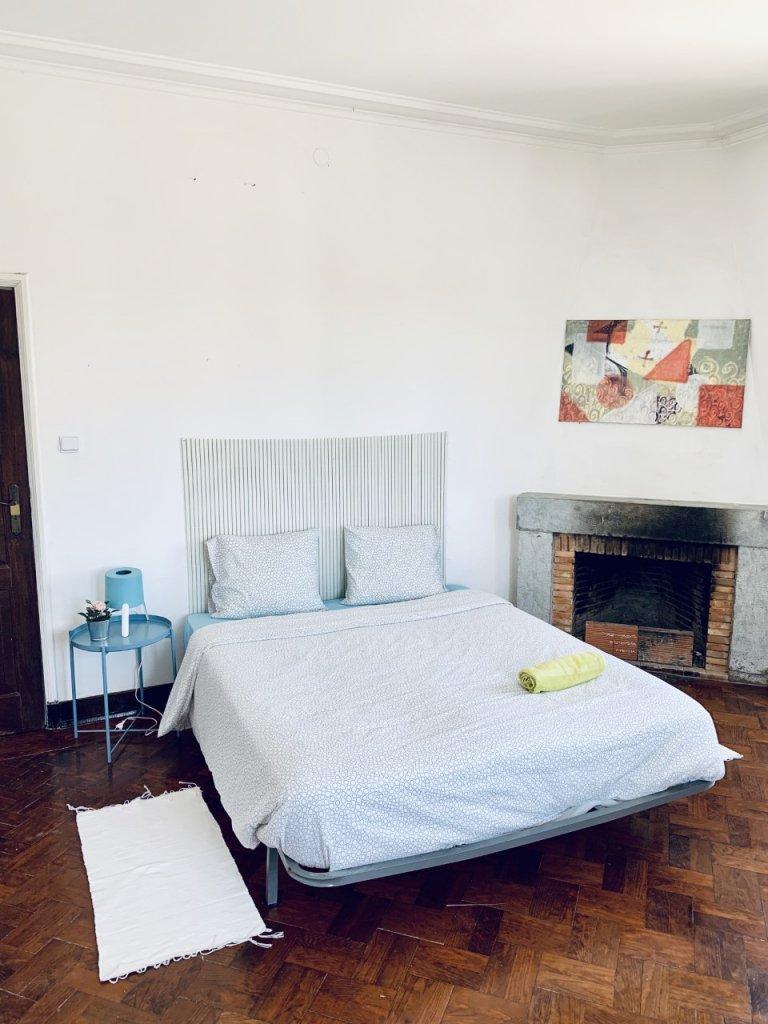Chambre dans un appartement de 6 chambres à Restelo, Lisbonne