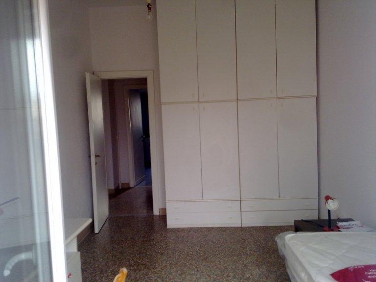 Acogedora habitación en un apartamento de 4 dormitorios en Monte Sacro, Roma