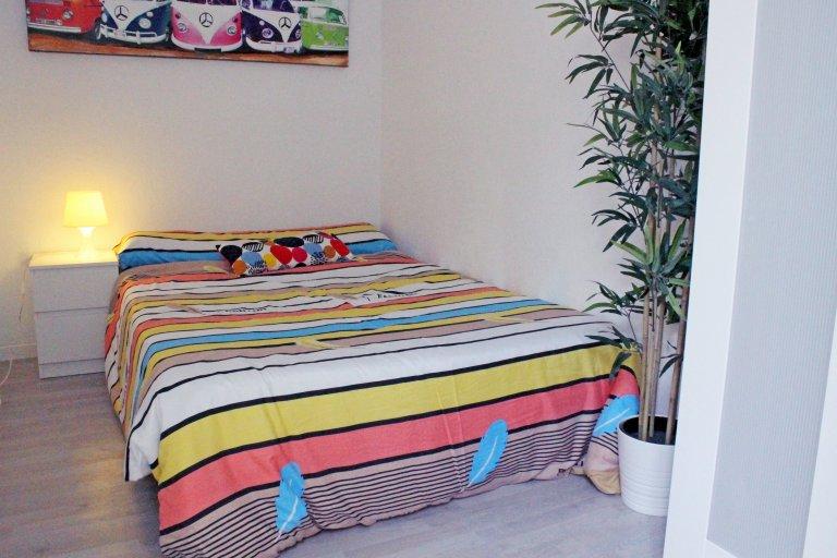 Buntes Doppelschlafzimmer zur Miete in Lavapiés, Madrid.