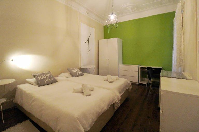 Furnished room in shared apartment in Avenida Novas, Lisbon