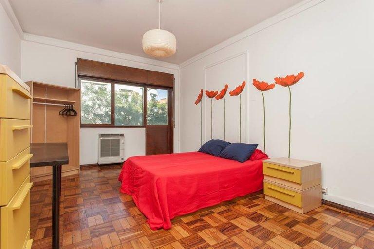 Quarto mobiliado em apartamento de 6 quartos em Areeiro, Lisboa