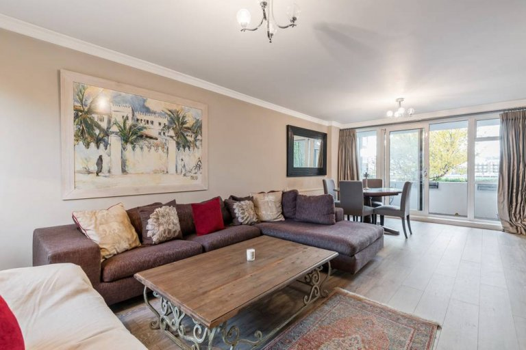 3-bedroom flat to rent in Battersea, London