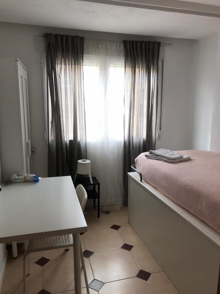 Cozy room in 3-bedroom apartment in Poblats Marítims