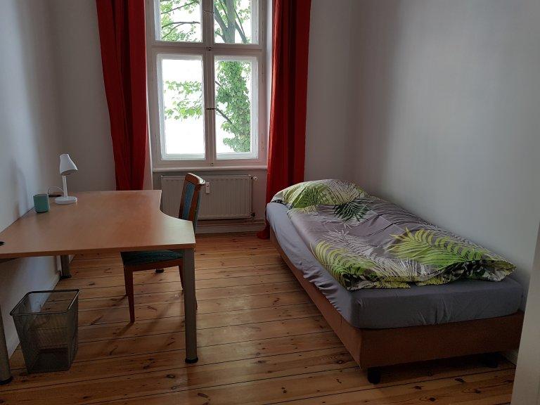 Neukölln'de 3 yatak odalı dairede kiralık oda