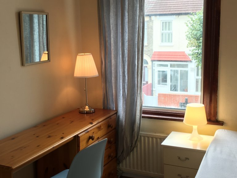Single Bed in Rooms to rent in a stylish 6-bedroom house in Manor Park
