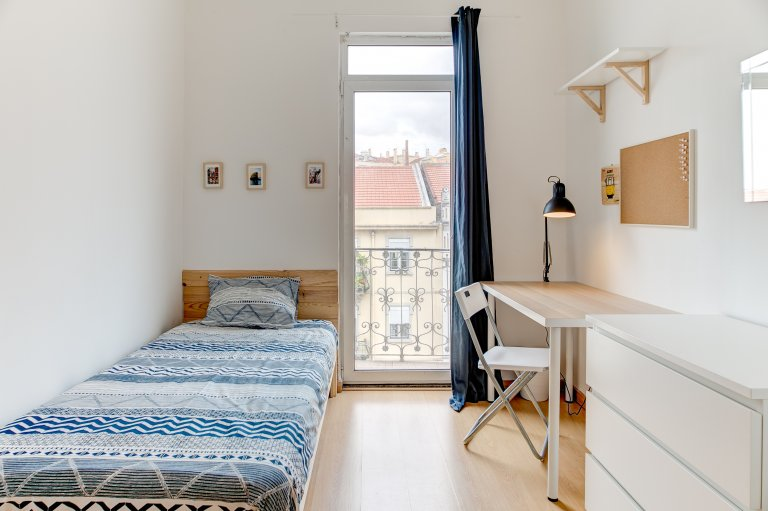 Spacious room, 6-bedroom apartment, Penha de França, Lisbon