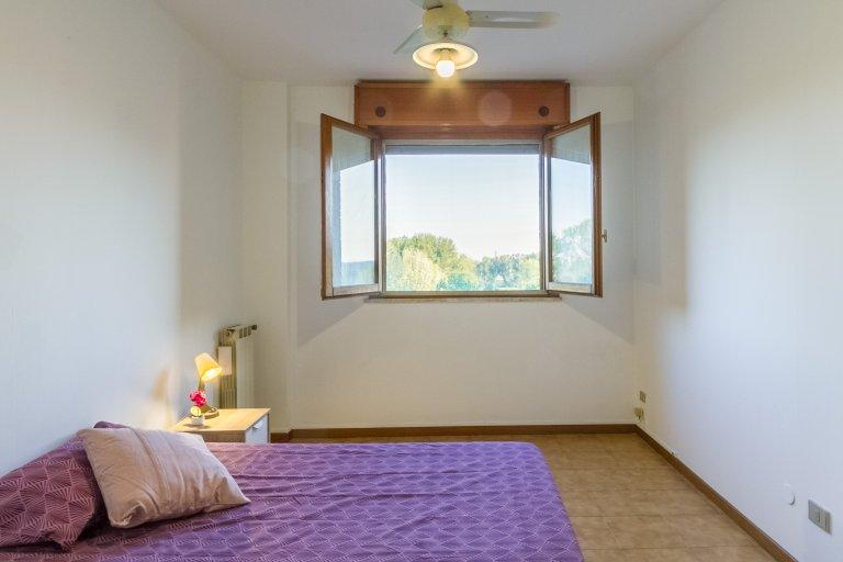 Habitación soleada en apartamento de 3 dormitorios en Stadera, Milán