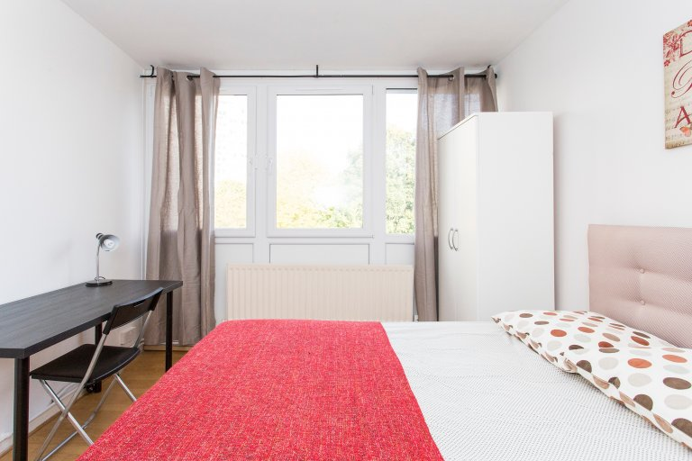 Double Bed in Rooms to rent in 5-bedroom apartment with central heating in Roehampton