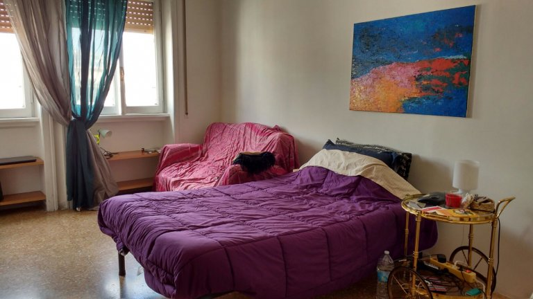 Trieste, Roma'da 4 odalı bir dairede aydınlık oda