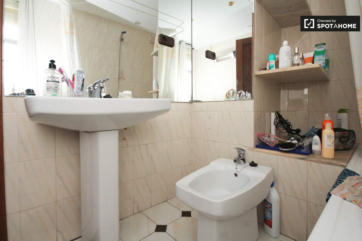 Bathroom (bedroom 1)