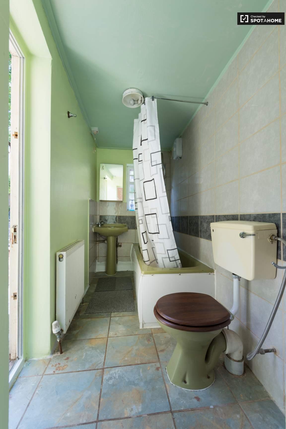 Ensuite bathroom bedroom 2