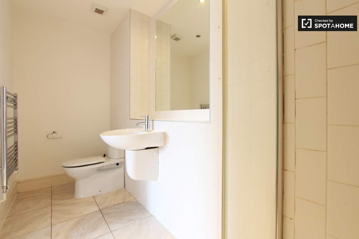 En-suite bathroom / Bedroom 2