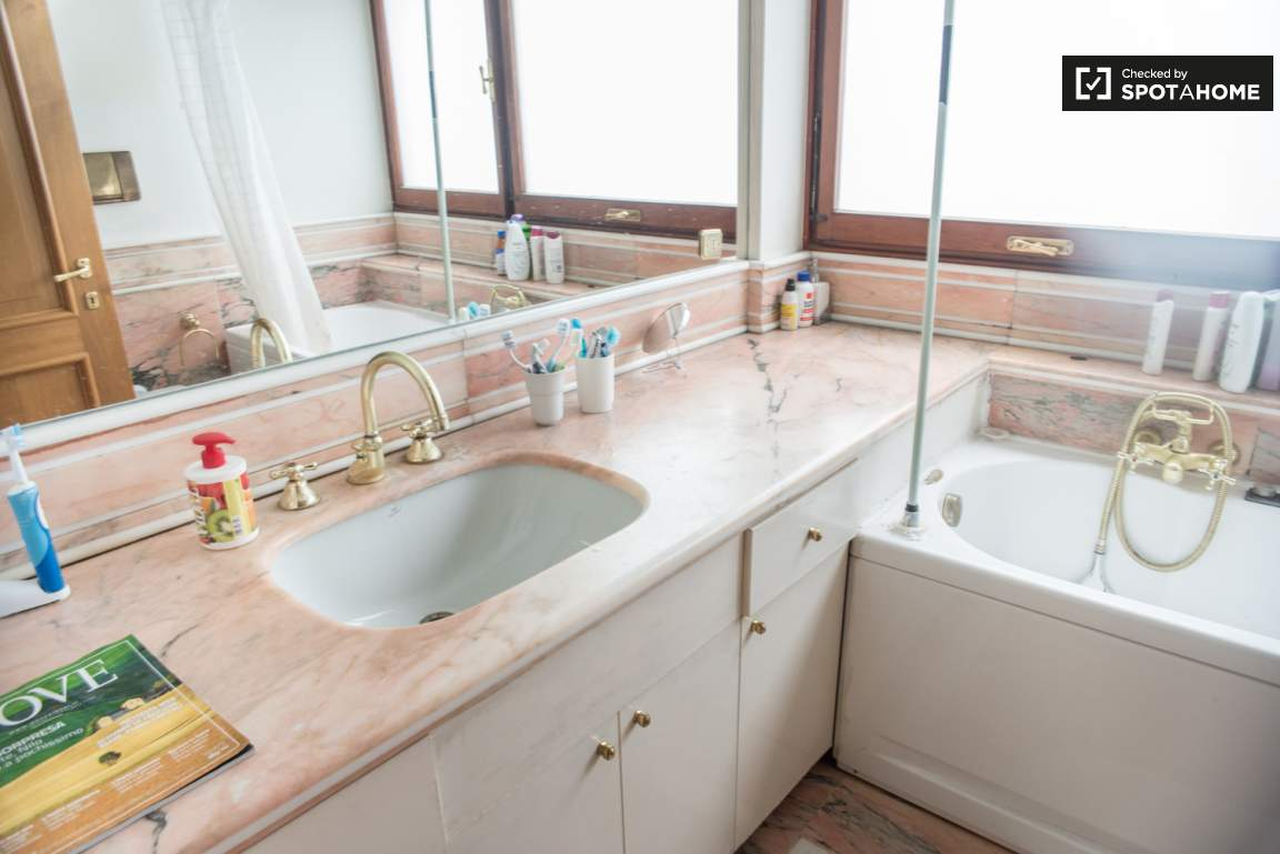 Bathroom 2 (used by bedrooms 3 and 4)