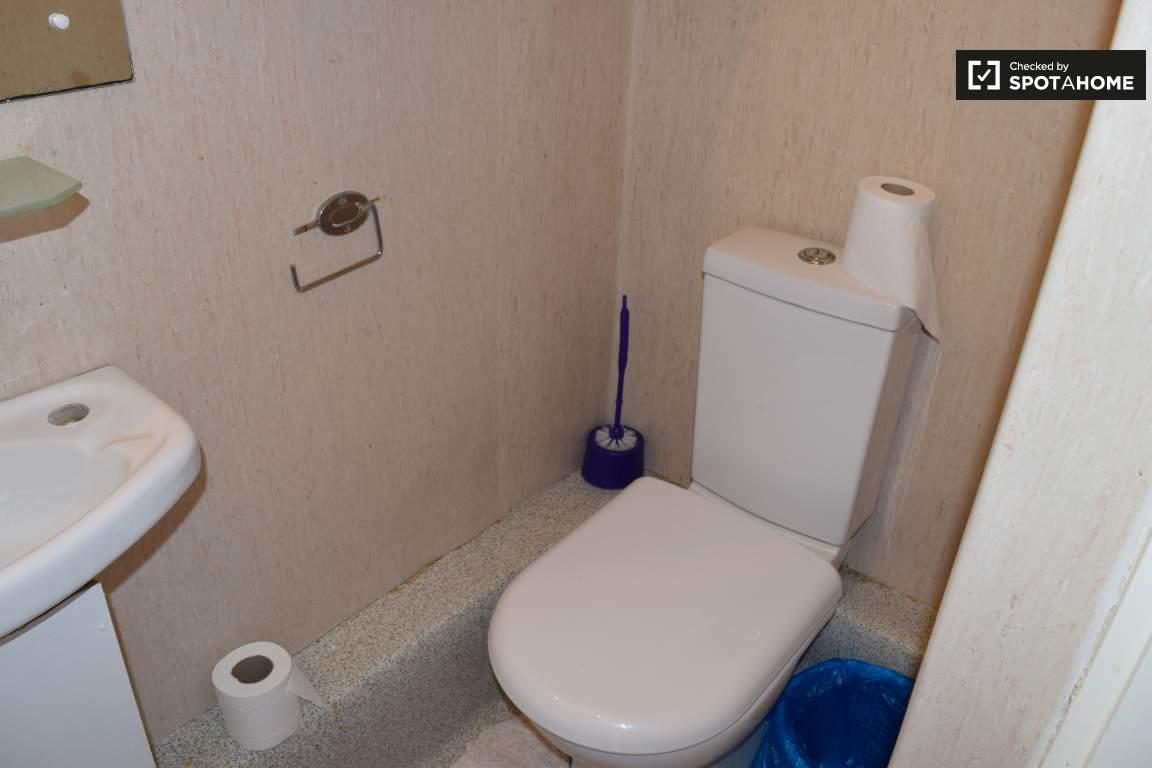 Bathroom (bedroom 5 en-suite)