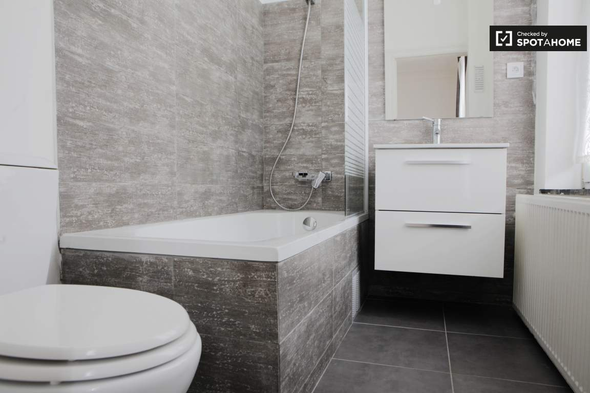 Bathroom bedroom 6