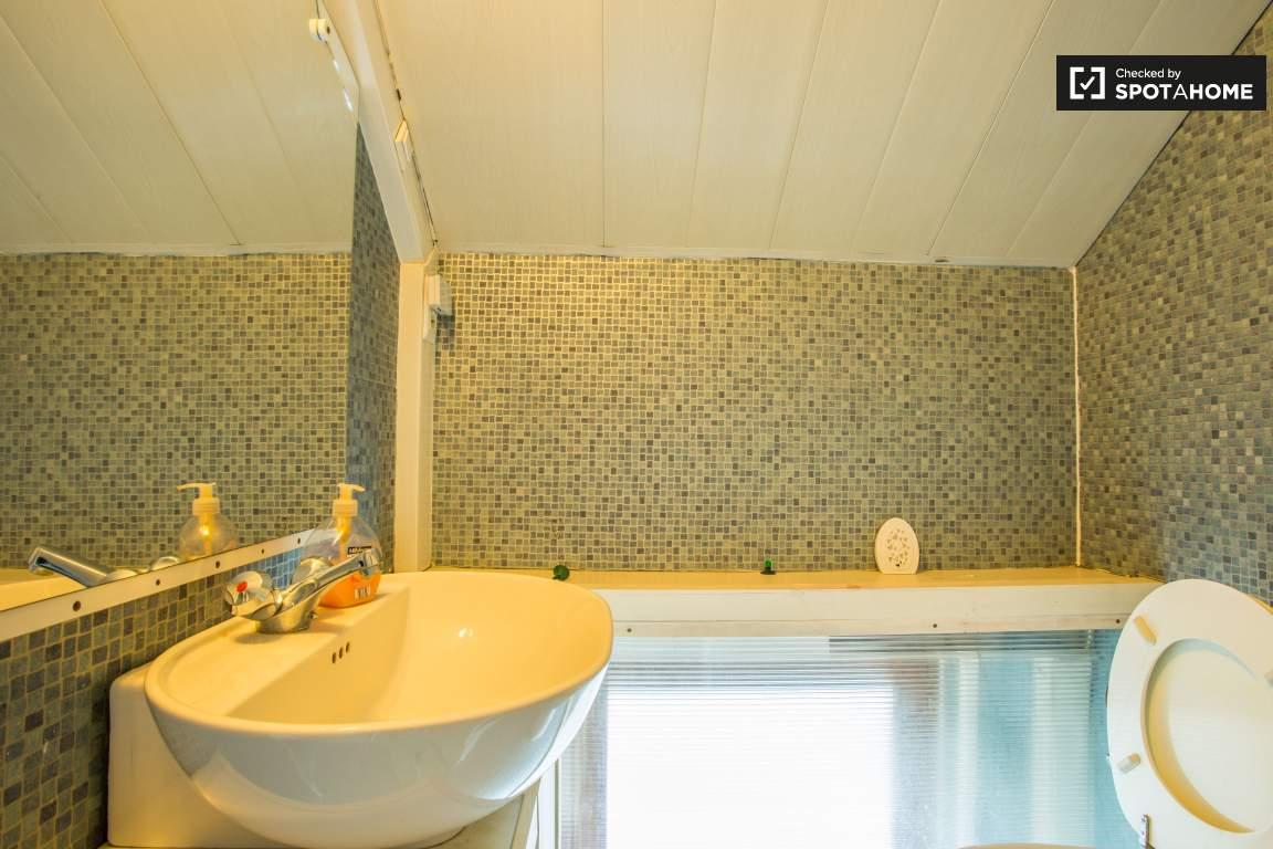 Ensuite bathroom (Bedroom 3)