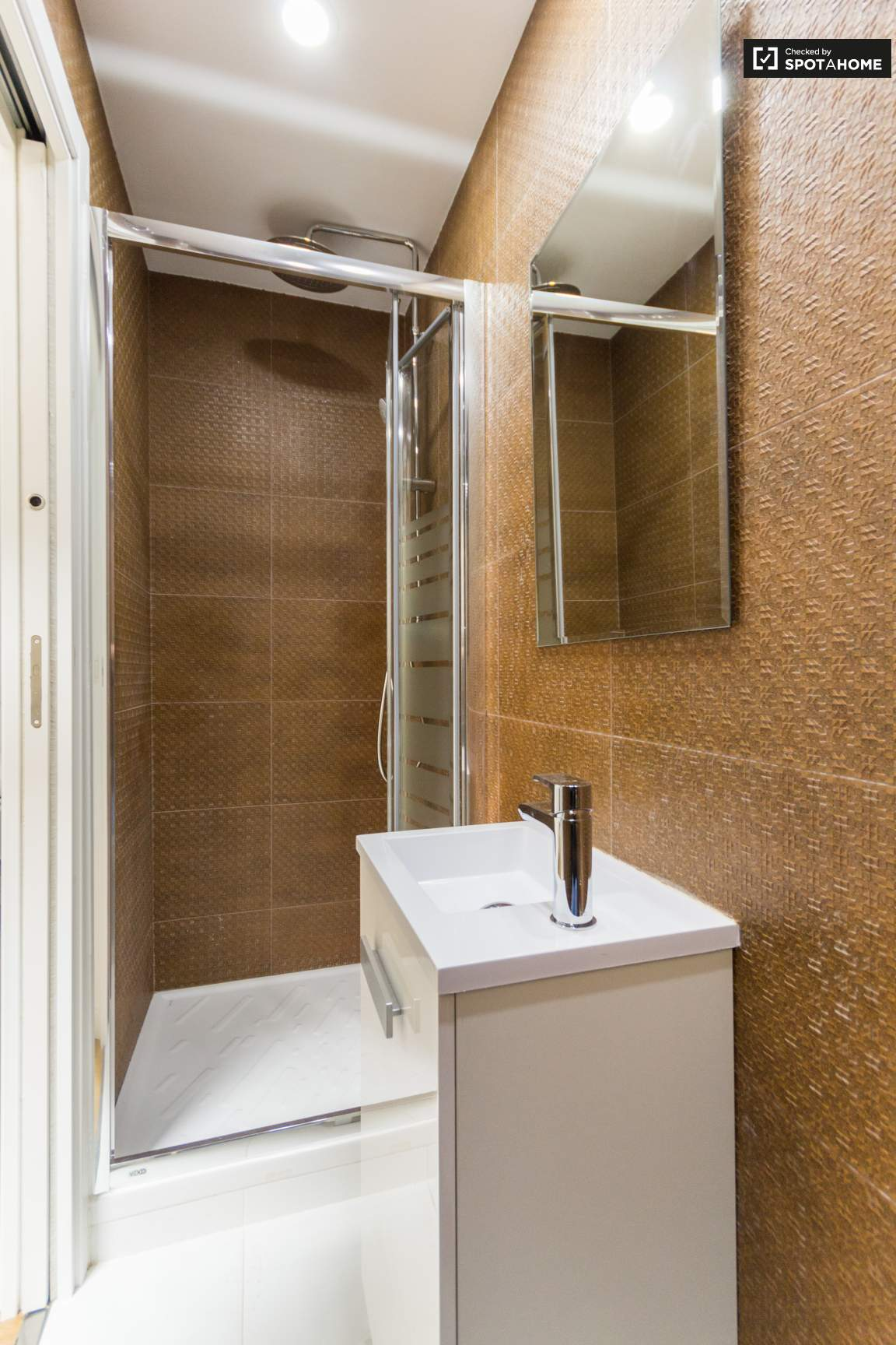 Ensuite bathroom (bedroom 3)