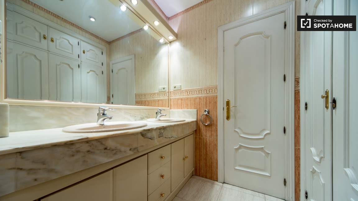Bedroom 6 en-suite bathroom