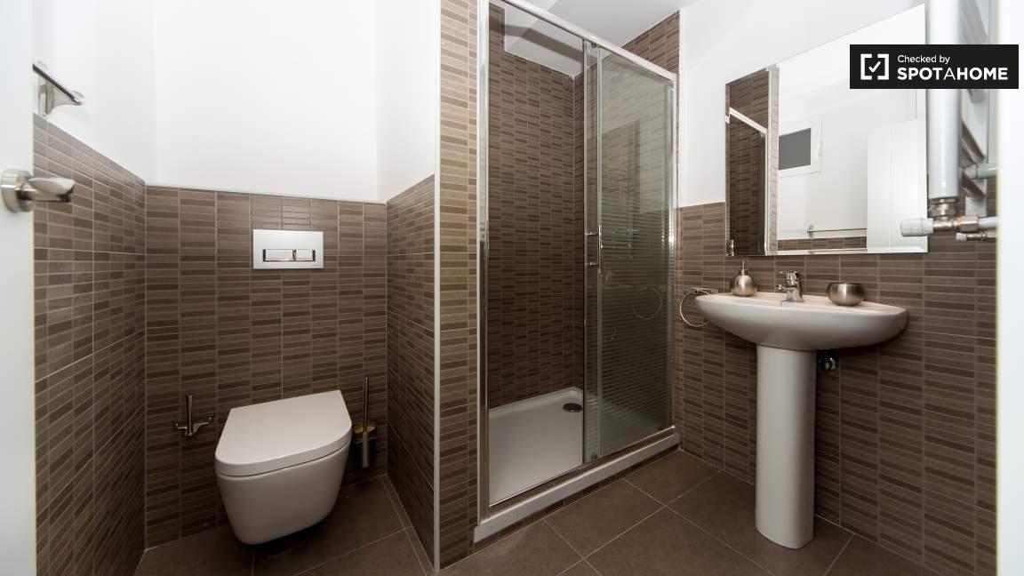 Ensuite bathroom (bedroom 27)