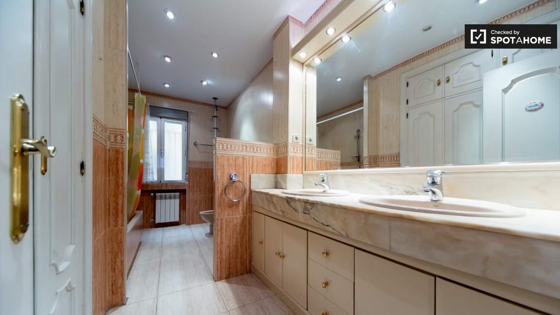 Bedroom 6 en-suite bathroom