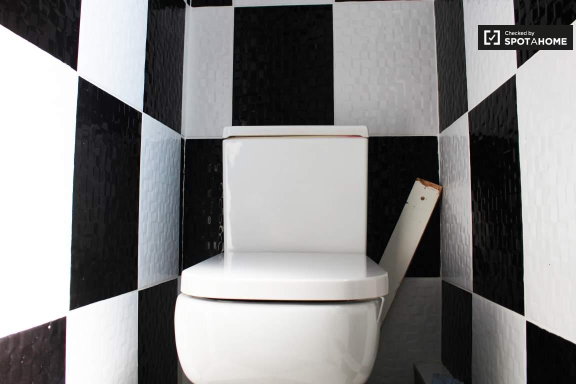 Toilet 2 upstairs