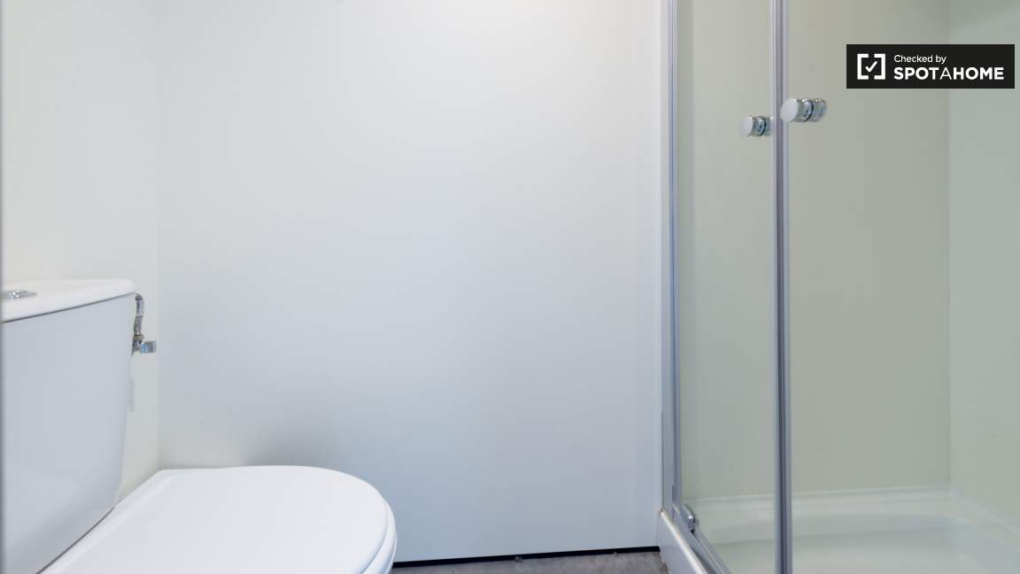 Standard single room ensuite bathroom