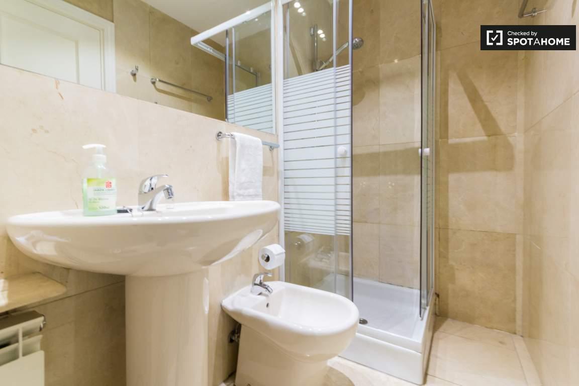 Bedroomm 1 en-suite bathroom