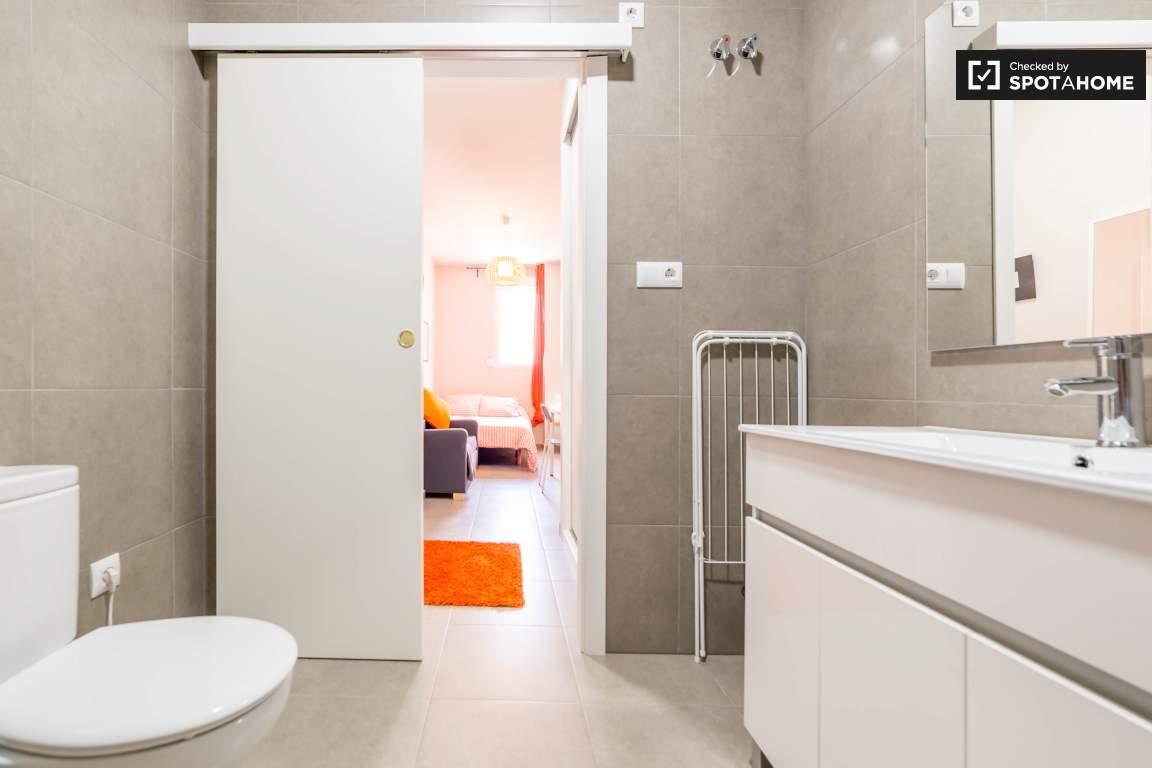 Bedroom 5 en-suite bathroom