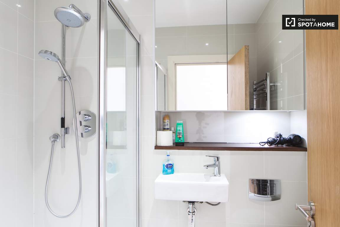 En suite bathroom (bedroom 1)