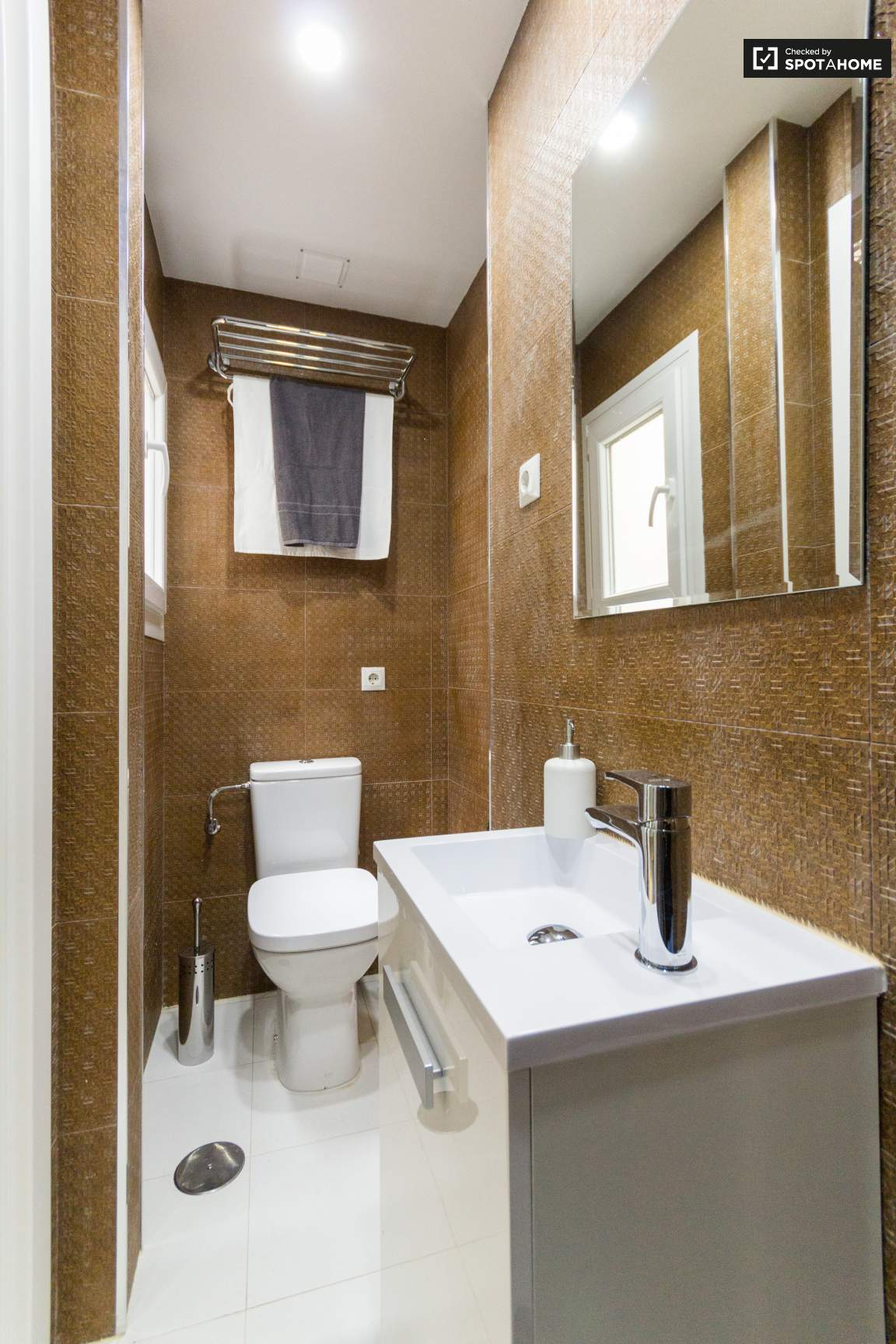 Ensuite bathroom (bedroom 4)