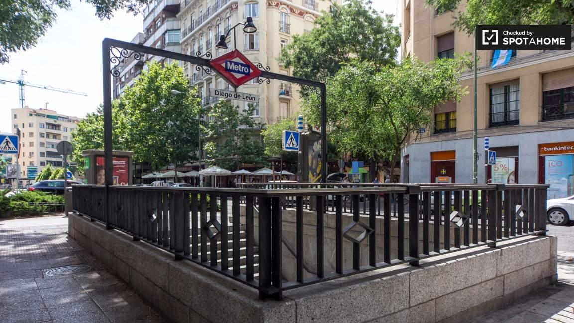 Metro Station: Diego de León