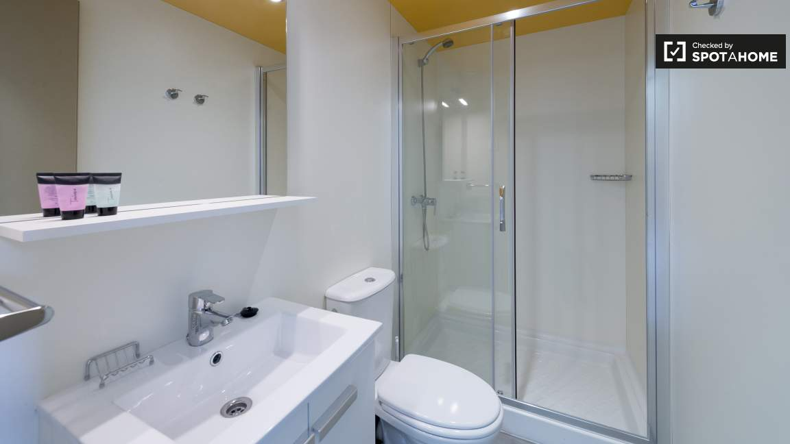 Standard single room ensuite bathroom