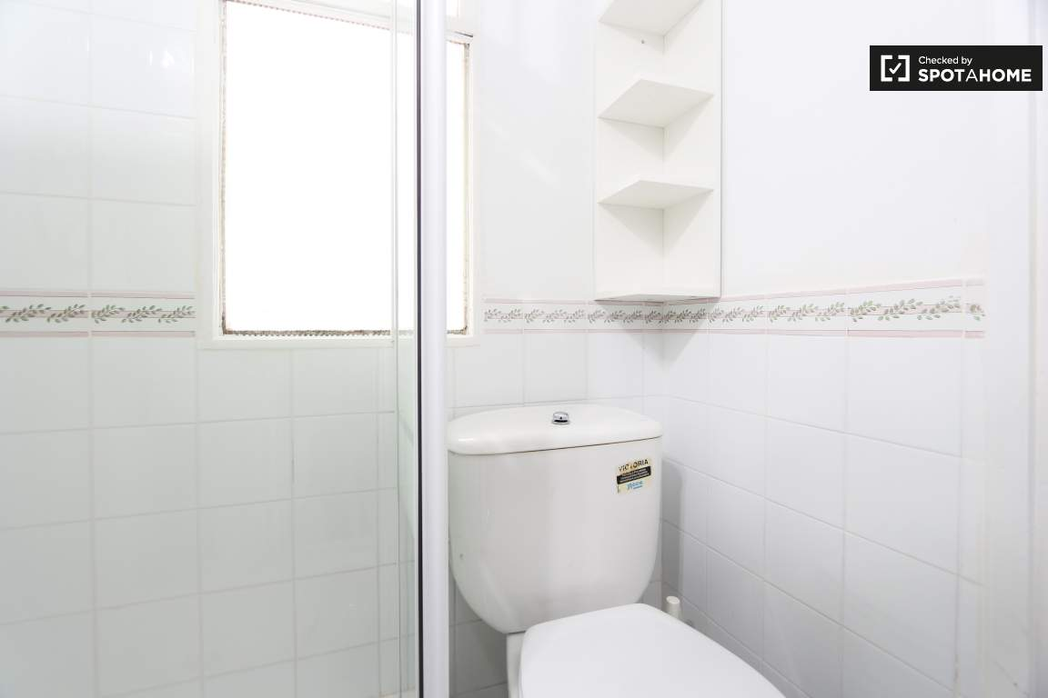 Modern Room In 5 Bedroom Apartment In Nueva Espana Madrid Ref