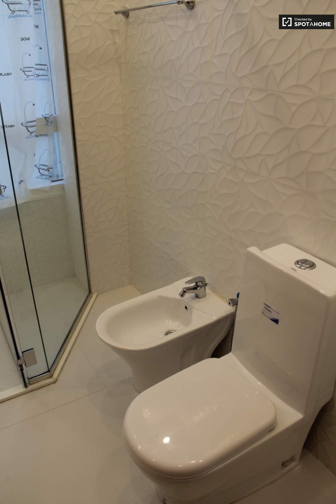 Bedroom 8 Ensuite Bathroom