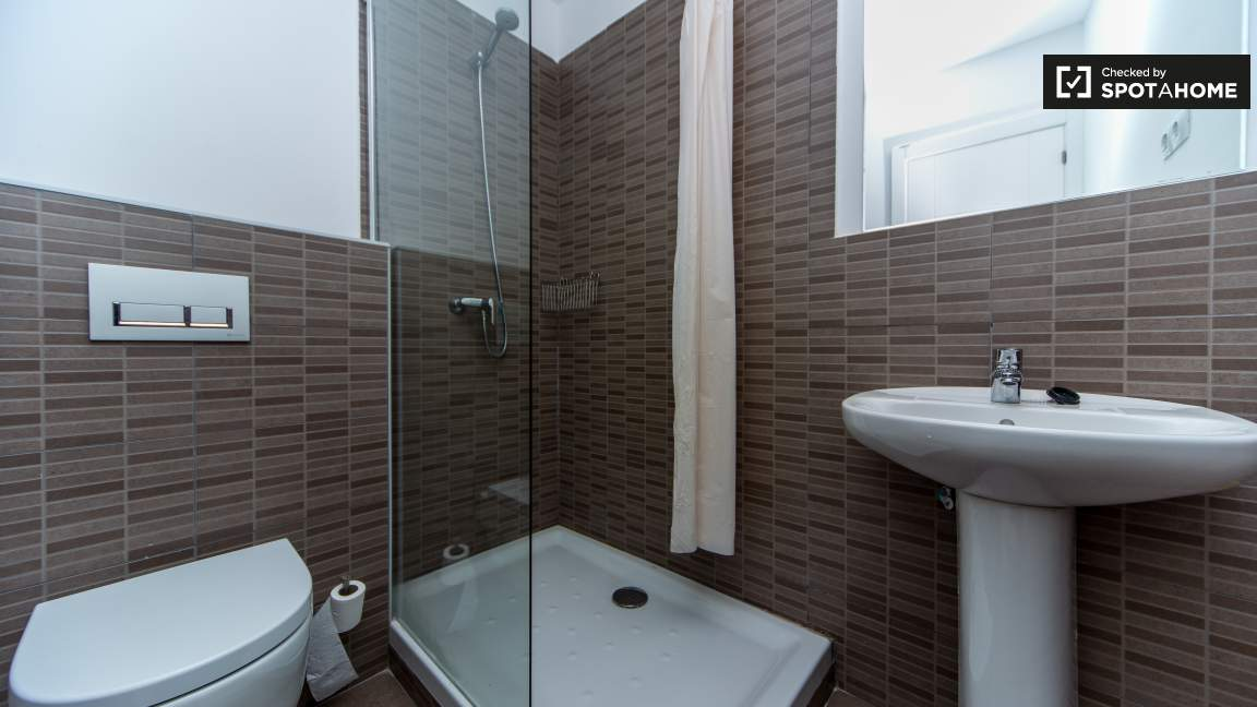 Bedroom 13 En-suite bathroom