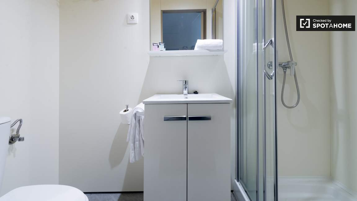 Standard double room ensuite bathroom