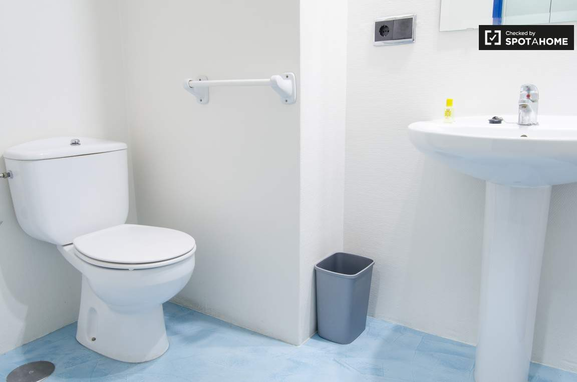 Single bedroom bathroom