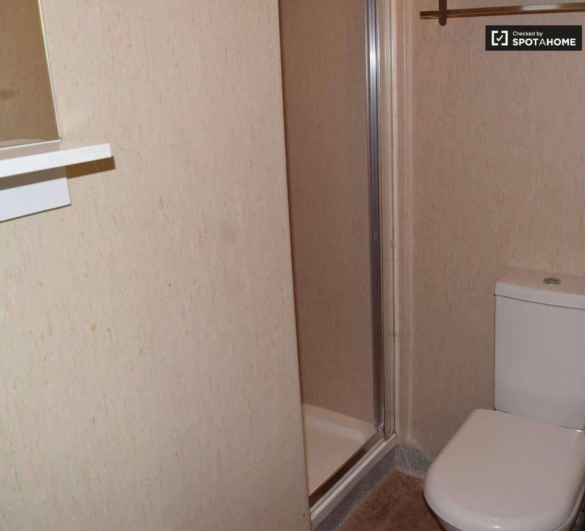 Bathroom (Bedroom 3 en-suite)